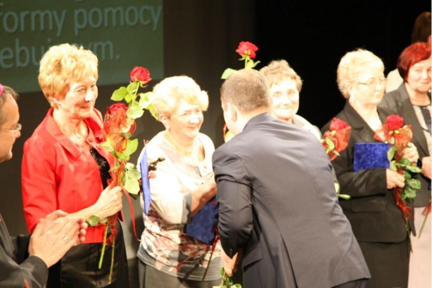 Gratulacje nagrodzonym składa wojewoda lubuski Władysław Dajczak